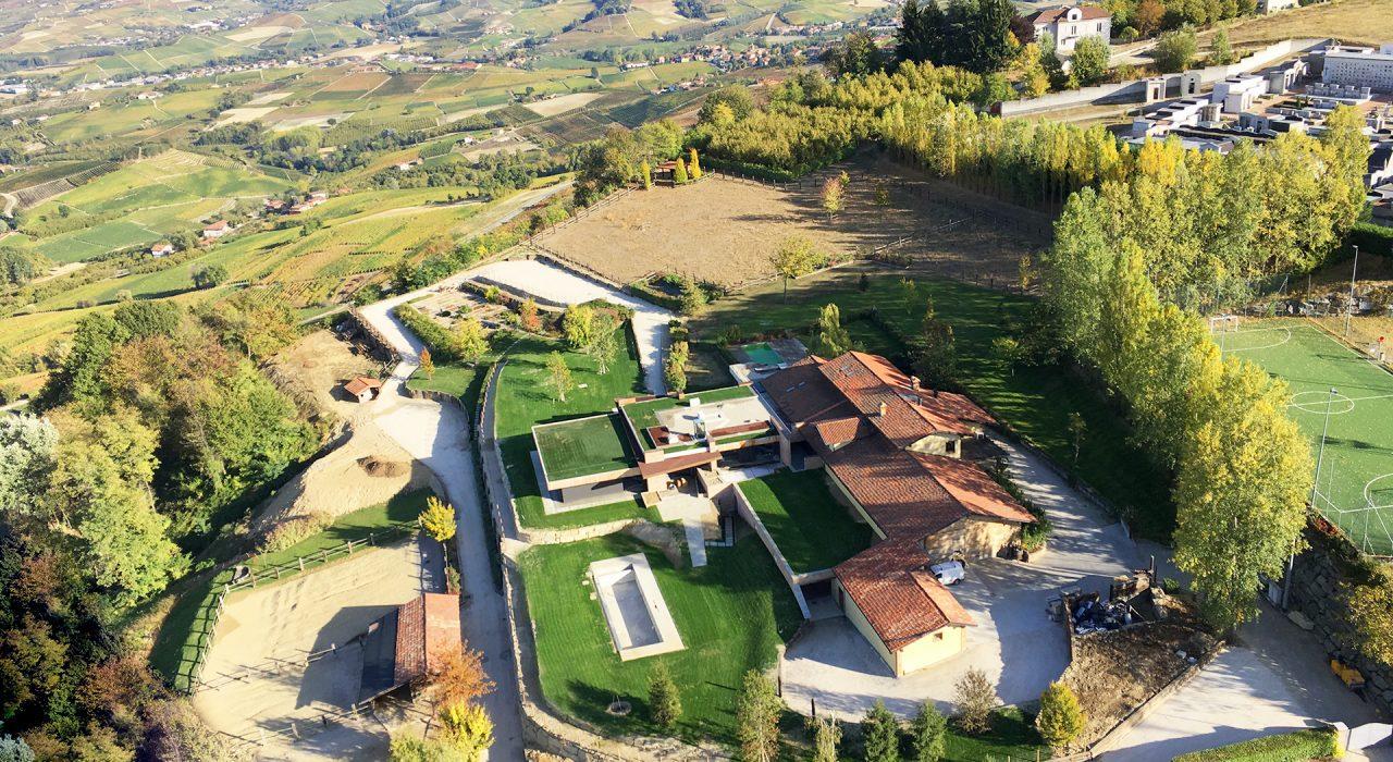 vista aerea resort sito nel comune di La Morra