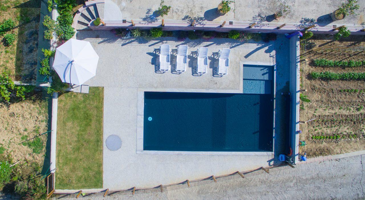 vista dall'alto piscina privata - La Morra